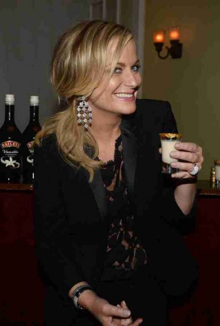 w310_Amy-Poehler-toating-with-with-a-Baileys-Glamour-Shot-1389628133