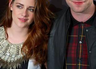 Kristen Stewart Visits Ex Robert Pattinson — See the Photo