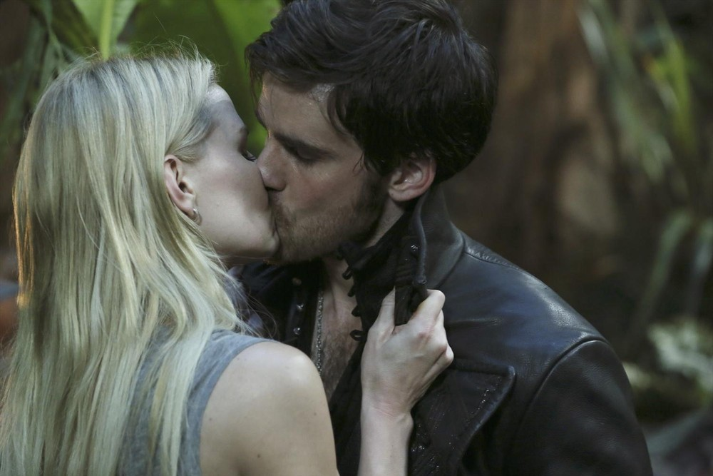 Once Upon A Time Captain Hook And Emma Kiss Gif Once Upon a Time s Captain