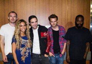 Robert Pattinson and Beyonce Pose Together — What Snub? (PHOTO)