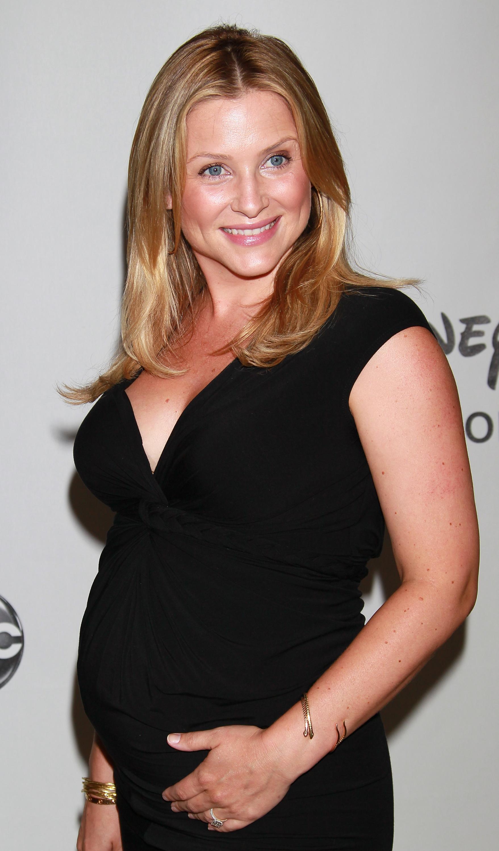 Spoiler: How Grey's Will Hide Jessica Capshaw's Maternity ...
