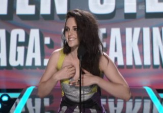 Watch! Kristen Stewart Wins MTV Movie Best Kiss Award, Makes Out With Herself