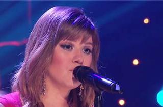 Kelly Clarkson Sings \
